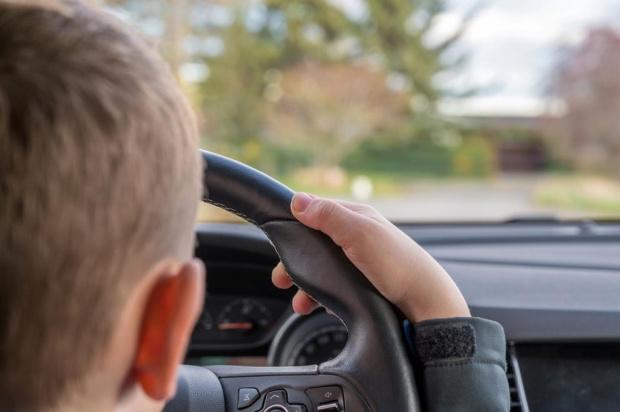 10-годишно дете подкара кола и се блъсна в жилищна сграда