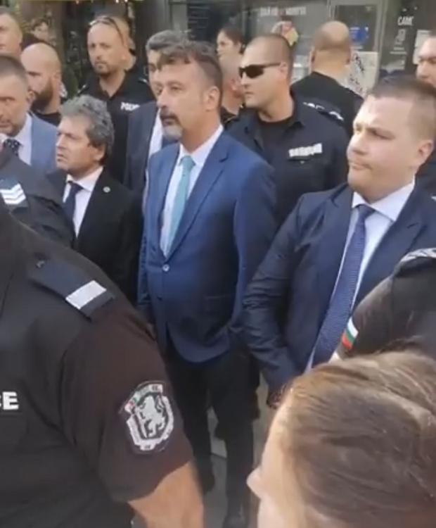 """Протестиращи нападаха с грозни обиди """"Има такъв народ"""" на излизане от президентството (ВИДЕО)"""