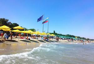 В Бургас искат сянката на плажа пак да е платена, защото сега край морето гъмжи
