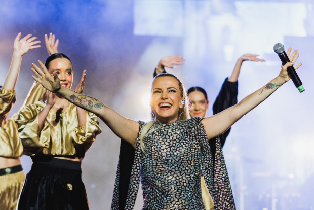 Една от най-успешните български изпълнителки Поли Генова зарадва почитателите си
