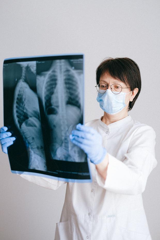 Първитесимптоми при заразените с новия коронавирусзависят от възрастта и пола,