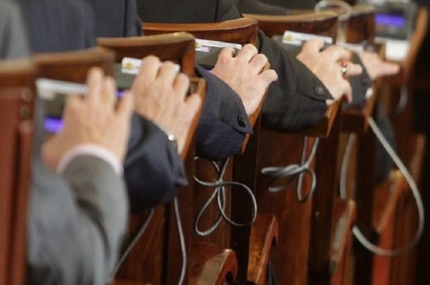 Депутатите няма да намаляват заплатите си. Това решиха те на