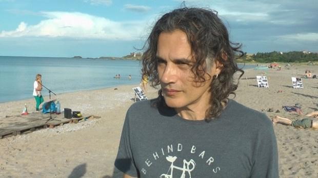 Драма на известен наш плаж! Васил Гюров спаси дете и баща му от удавяне