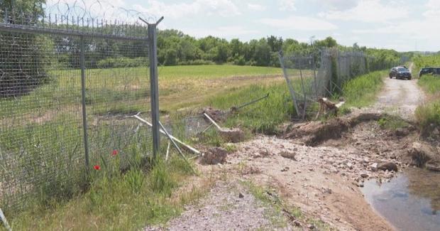 Граничната ограда - на места скъсана и без датчици
