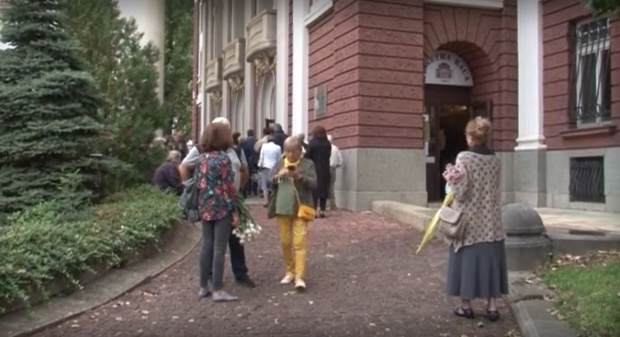 Десетки близки, приятели и колеги на Виолета Бахчеванова се събраха