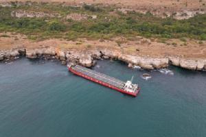 Властта се зае със заседналия кораб в опит да изпревари морска буря (ВИДЕО)