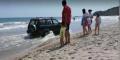 ВИДЕО Пиян директор на училище подкара джипа си между кърпите на плажа в Кранево и цопна в морето