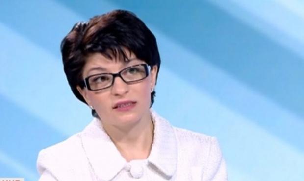 Правителството се намесваше пряко в парламентарния дебат, твърди Атанасова