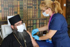 Личен пример: Църковни служители се ваксинираха срещу COVID-19